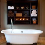 Деревянные полочки над ванной