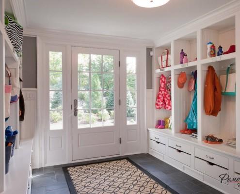 Использование в дизайне стен, потолка молдинга позволяет зрительно объединить плоскости стен и потолка