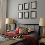 Сочетание серого с яркими цветами в интерьере спальни