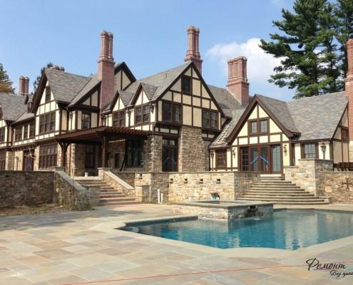 Двухэтажный дом у бассейна