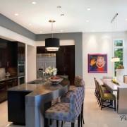 Современная кухня со стильным диваном