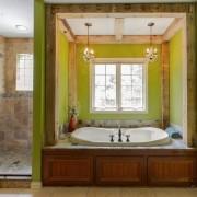 Ванная комната с деревянными элементами