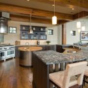 Полукруглая барная стойка на кухне