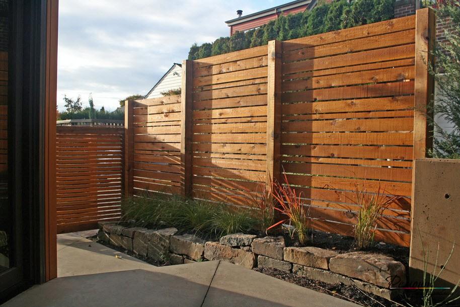 Ступенчатый забор на рельефной местности - эффектный и оригинальный вид