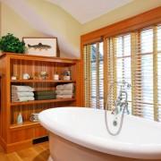 Деревянные полочки возле ванной