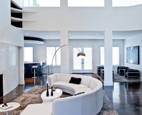 Белая мебель в круглой гостиной