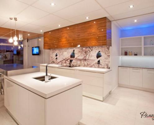 Стильная кухня с интересной отделкой стен