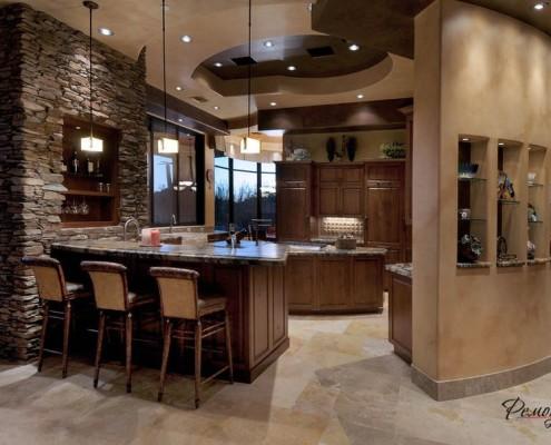 Большая кухня, декорированная нишами
