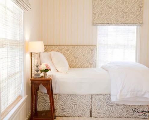 спальня в нейтральных тонах выглядит просторней