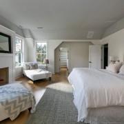 Светлая мебель в интерьере серой спальни