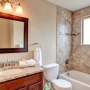 Гранитная стена в ванной