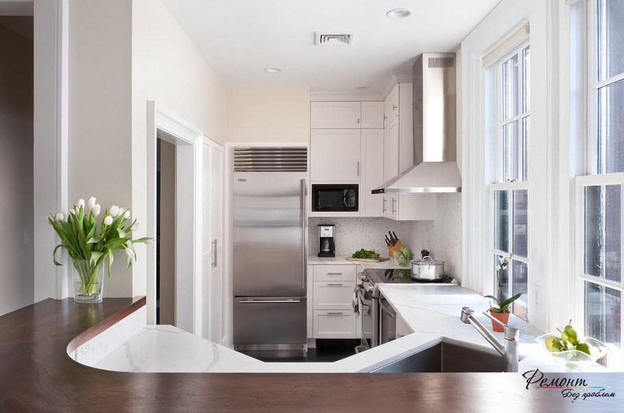На маленькой кухне угловая раковина значительно экономит место