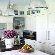 Кухня в светлых тонах с нишей