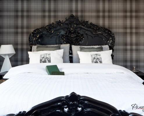Спинки роскошной чёрной деревянной кровати