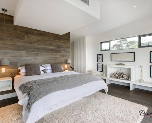 Сочетание белых стен с деревянной отделкой