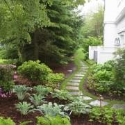 Красиво оформленная дорожка вокруг дома