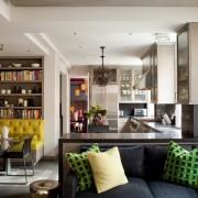 Желтый диван - яркий акцент в интерьере кухни