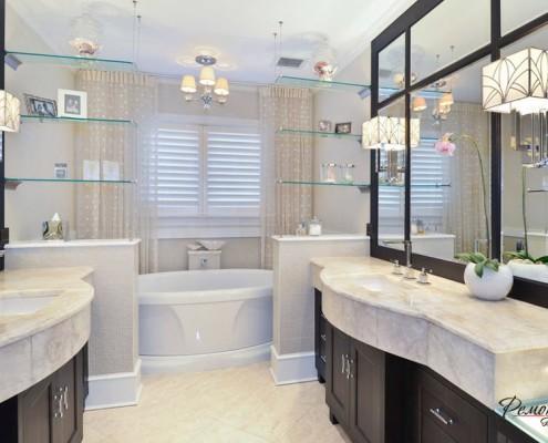 Стеклянные полочки в светлой ванной