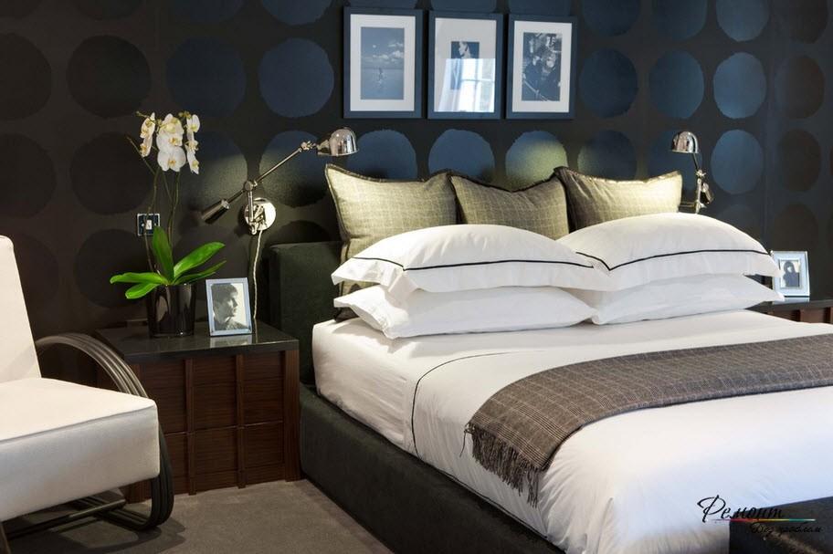 Эффектная спальня с загадочной черной стеной