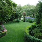 Красивый газон и эффеутное озеленение превращают участок в сказку
