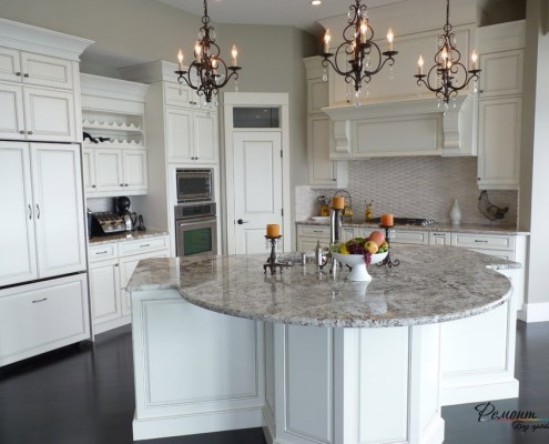 Белая круглая кухня
