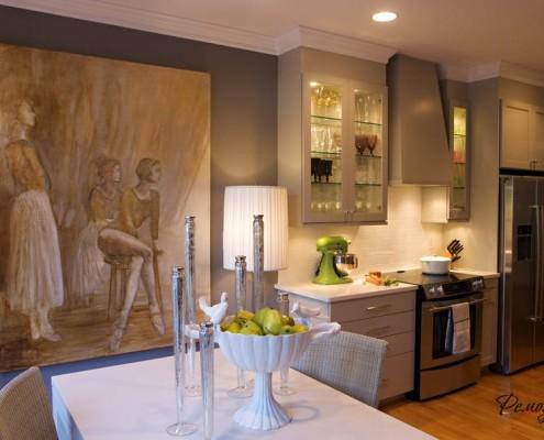 Стильный интерьер кухни с серыми стенами