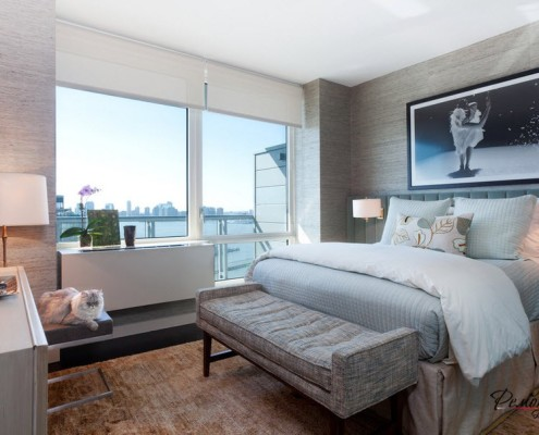 Интерьер спальни выполнен в современном стиле с чертами классического дизайна