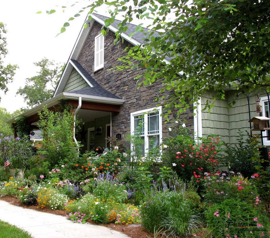 Посадка деревьев и создание цветников - очень важный элемент в ландшафтном дизайне участка