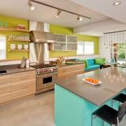 Стильный интерьер кухни с диваном