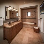 Сочетание деревянных элементов в ванной комнате