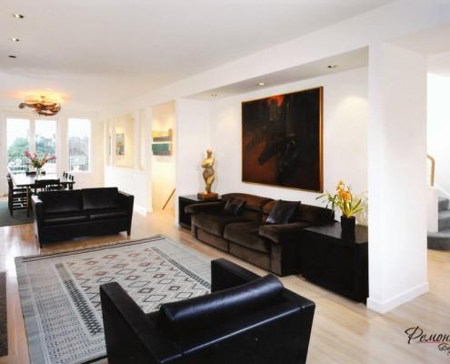 Контраст белых стен и черной мебели