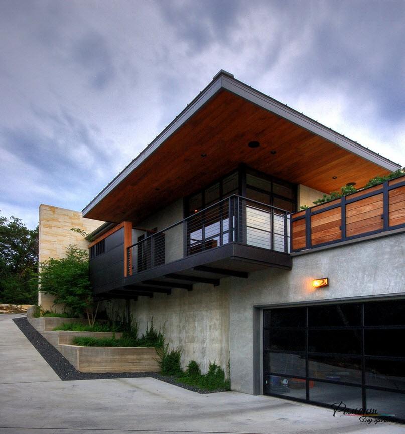 Дом, размещенный на рельефной местности, имеет оригинальную схему планировки