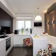 Белый диван на кухне в стиле хай-тек