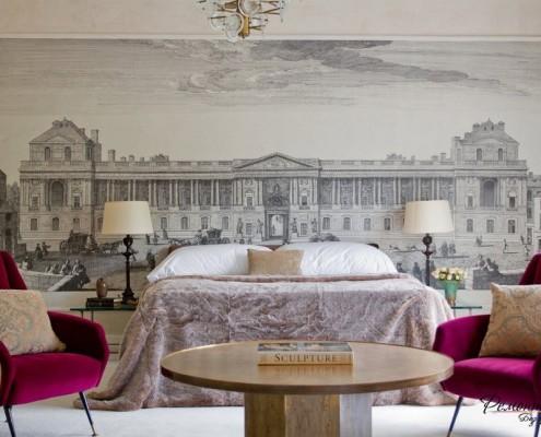 Стена декорирована габаритным изображением дворца