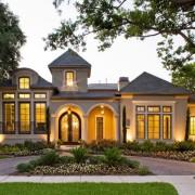 Очень красивый одноэтажный дом с красиво обустроенной площадкой перед ним