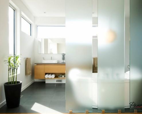 Живая или искусственная драцена в ванной комнате