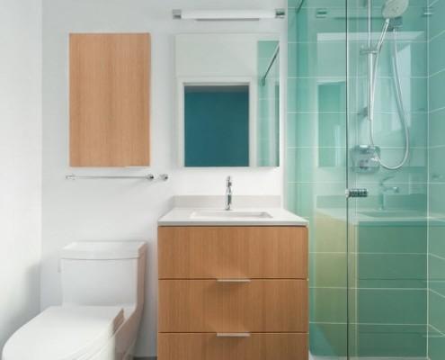 Ванна с деревянными элементами