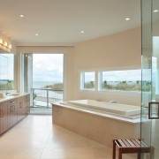 Светлая комната с панорамными окнами