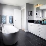 сочетание белого и черного в интерьере ванной