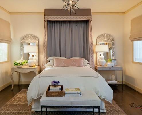 Симметричное расположение мебели и аксессуаров