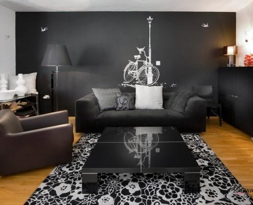 Гостиная с черной стеной