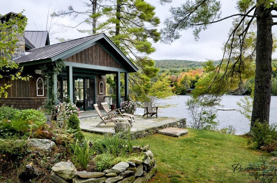 Красивый домик у воды на лоне природы