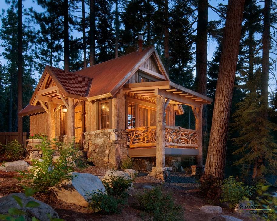 Небольшой деревянный домик, расположенный в лесу