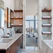 Деревянные полочки в ванной