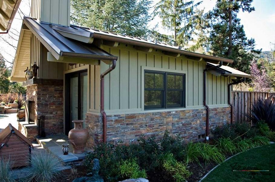 Серо-зеленый оттенок - прекрасный вариант для оформления не только фасада дома, но и входной двери