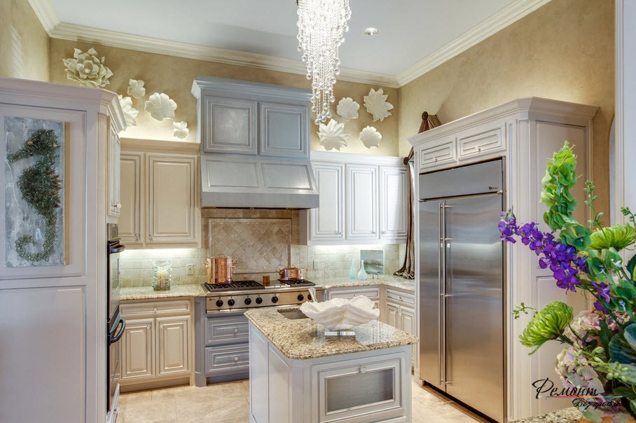 Светлая отделка стен кухни