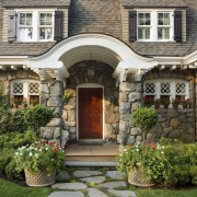 Красивый дом и озелененная площалка перед ним