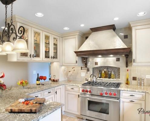 Кухня с белыми фсадами