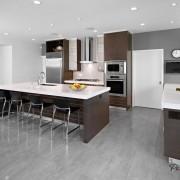Пол из серой плитки на светлой кухне
