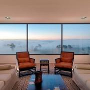 Большие окна в гостиной
